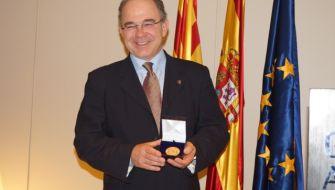 El Dr. José María Arano recibe la medalla de oro del Foro Europa 2001 en reconocimiento a su trayectoria profesional
