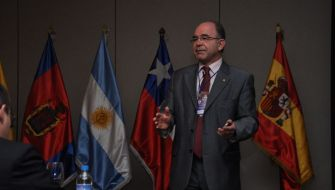El Dr. José Mª Arano, invitado como conferenciante en el curso internacional de rehabilitación sobre implantes y estética dental en  Quito y Galápagos (Ecuador)